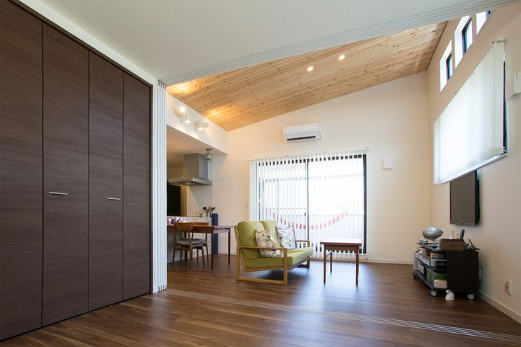 勾配天井のある広いLDK。可動式の間仕切り壁で手前を客間に利用、将来は子供部屋に改装もできます。|インテリア|ダイニング|ナチュラル|コーディネート|おしゃれ|テーブル|モダン|キッズスペース|