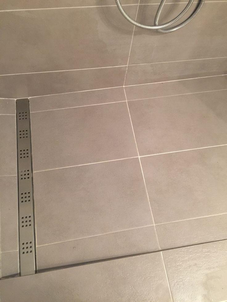 plato de ducha obra pavimento formato grande continuo con sumidero decorativo lineal