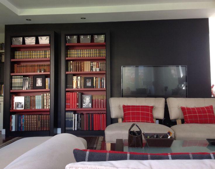 Fundamentalmente se pinto esa pared del salón en negro para mimetizar la televisión y que no tomara demasiado protagonismo en el salon...