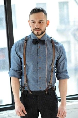 Look de moda: Camisa de Manga Larga de Cambray Azul, Pantalón de Vestir de Rayas Verticales Negro, Corbatín Negro, Tirantes de Cuero Marrónes