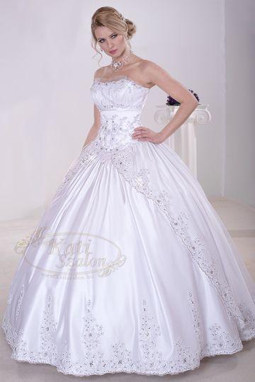 16- hercegnős esküvői ruha, szétnyíló szoknyarész csipkével, strasszal