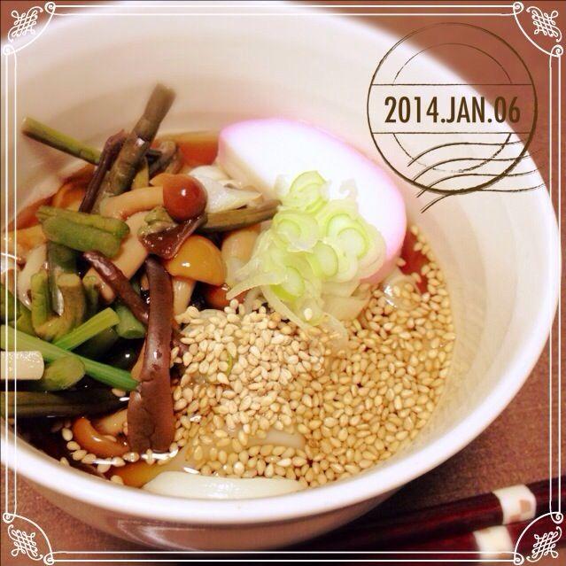 今夜はすっごくうどんな気分にて。 - 38件のもぐもぐ - 山菜ごまうどん半玉! by sakuramochi14