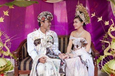 Lo scopriremo solo viaggiando!!  Lo sapevate che in Indonesia gli sposi non possono andare in bagno per 3 giorni dopo il matrimonio? sembra che parenti ed amici debbano addirittura controllare che il divieto venga rispettato. Le conseguenze del mancato rispetto di questo antico precetto, secondo la tradizione, vanno dalla possibile infertilità al divorzio, fino ai problemi di salute per la futura prole! #wedding #indonesian #culture #traveltelling #curiousity