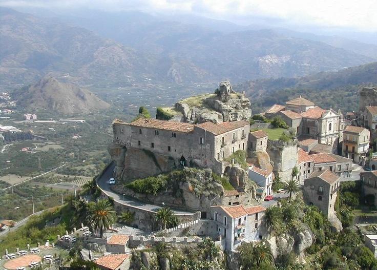 Il castello di Ruggiero di Lauria. Castiglione di Sicilia (Catania).