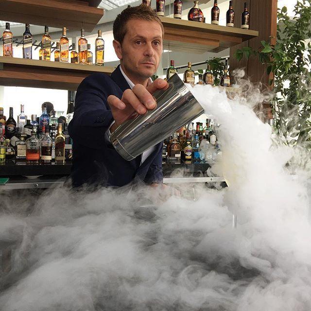 """@davidriosaguilar uno de los mejores bartenders del mundo y el primer #bartender español en ganar @worldclass en 2013 inaugura la nueva barra del King Cole Bar en @thestregismexicocity con una clase de #coctelería Acá prepara """"Fresquito"""" un cóctel a base de champagne agave tequila y lima. #buenosdias #cocteles #cocktail #WorldClass #KingColeBar #CDMX #bartenders #drinks  via ROBB REPORT MEXICO MAGAZINE OFFICIAL INSTAGRAM - Luxury  Lifestyle  Style  Travel  Tech  Gadgets  Jewelry  Cars…"""