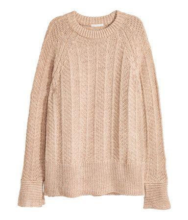 Beigemeliert. Pullover aus weichem Strukturstrick mit Wollanteil. Der Pullover hat lange Raglanärmel mit Schlitz und Rippenbündchen an Ärmeln und Saum.