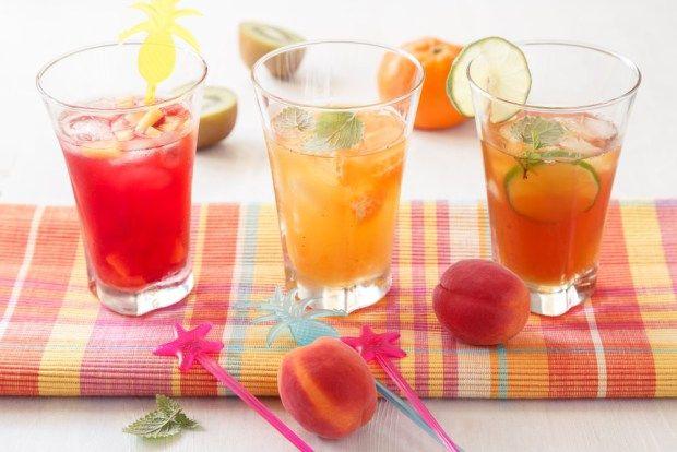 Připravte si džbánek na přípravu horkého čajového základu a vysoké sklenice na podávání ledového čaje. Nápoje jsou připraveny z ovocného, zeleného a černého čaje, abyste si mohli vybrat.