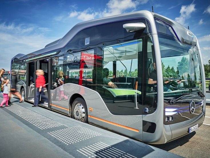 The Future Bus is also programmed to navigate into the bus stop with incredible precision. City Pilot enables the bus to pull in so that there is less than 10 cm between the bus and the curb, making it easy for passengers to get on and off.