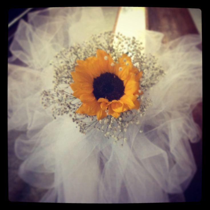 Decor for venue by sunflower Yellow and white wedding - decorazioni per cerimonia con girasole in bianco e giallo con tanto tulle