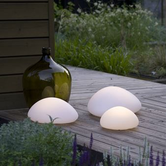 The trendy Mimo lamp comes from the Swedish brand Calabaz. The lamp is wireless, rechargeable and floats on water. It has a simple oval shape and is inspired by a perfect polished stone you will find on a beach. The light source is LED, energy efficient and sustainable and the lamp does not get warm and can therefore be used in a children´s room. Combine the beautiful Mimo lamp with other fine pieces from Calabaz. Choose between different sizes.