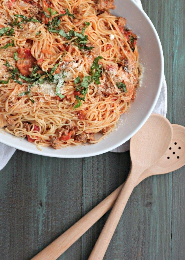 Celebrate #NationalSpaghettiDay with this Sausage, and Tomato Cream Sauce | casadecrews.com