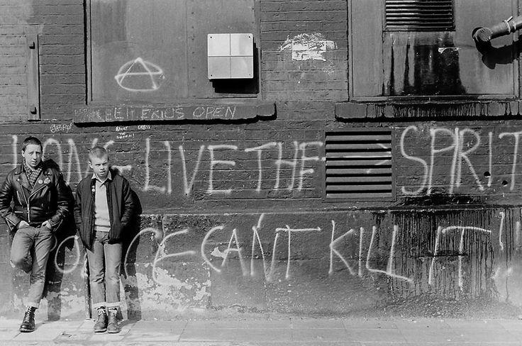 La marcia dei Punk contro la chiusura dell' Erics Club Ogni scena punk aveva il suo CBGB: a Liverpool c'era l'Eric's Club, un pub di Liverpool dove negli anni 70-80 si esibivano band della scena punk,...