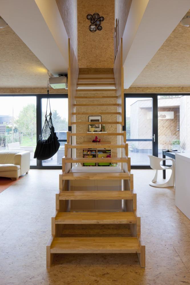Die Offene Treppe Im Wohnbereich Passt Durch Ihre Einfache Gestaltung Zu Dem Spanplatten Design Des Restlichen Hauses Sie Wirkt Das Material Aus Holz