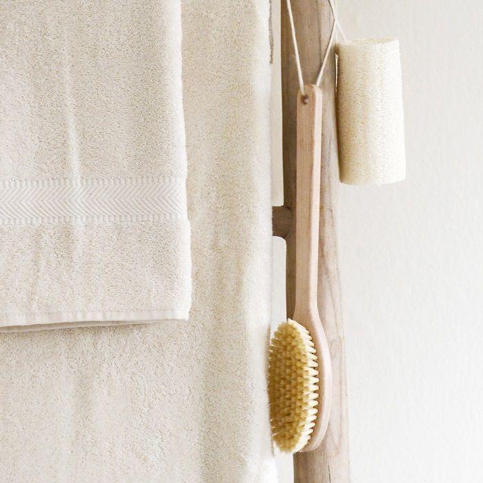 Heerlijk zacht ongebleekt badgoed in een mooie naturel tint, van het merk Bo Weevil. Gemaakt van 100% biologische katoen, voorzien van het GOTS keurmerk. Geproduceerd in Turkije. Het kleine doekje is te gebruiken als gezichtsdoekje, maar ook als baby spuugdoekje of vaatdoekje.      Kwaliteit: 450 gr/m2        Verkrijgbaar in de volgende maten:    Doekje 30x30 cm    Handdoek 50x100 cm    Douchelaken 70x140 cm    Badlaken 100x180 cm       Combineert prachtig met het Antraciet basic…