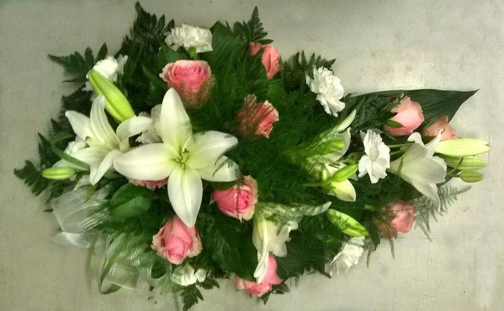 Valkoinen/vaaleanpunainen - lilja, neilikka, ruusu