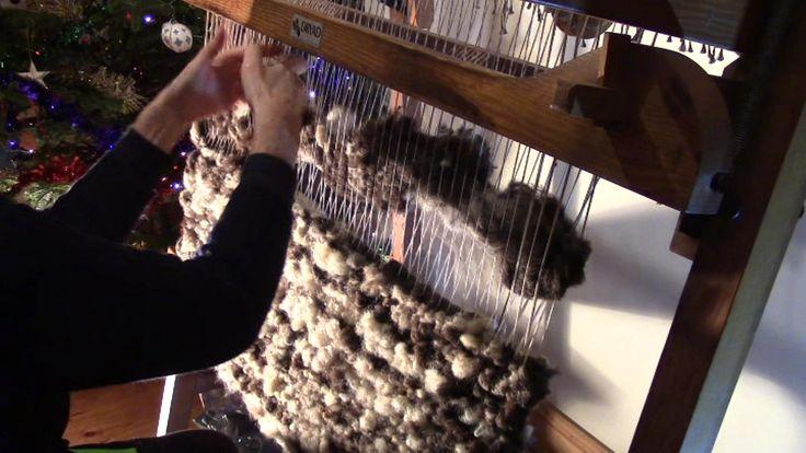 Auf einem Webstuhl gewebter Teppich aus reiner ungesponnener Schafswolle