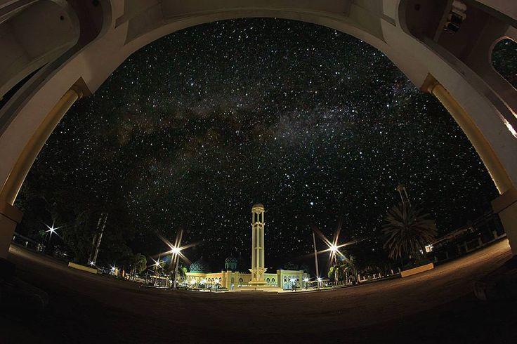Interesting one by ridhoagustusan #astrophotography #contratahotel (o) http://ift.tt/20MWIyl Mosque Al-Karomah  Dan sesungguhnya Kami telah menciptakan gugusan bintang-bintang (di langit) dan Kami telah menghiasi langit itu bagi orang-orang yang memandang (nya) . QS AL HIJR:16 (Jum'at 15 April 2016 pukul 19.00 - 21.00 WIB)  @geonusantara  @geokalsel #GEO021600837 #GEO0062UBER Keluarga  #Geonusantara  #Geokalsel  #milkyway  #nightscape  #nightphotography  #universetoday  #stars  #longexposure…