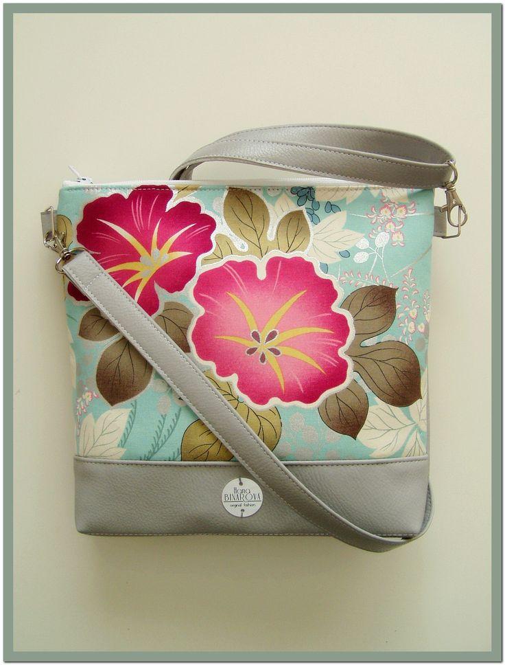 Květovaná...+Elegantní+design+této+kabelky+je+daný+barevností+i+tvarem.+Kabelka+je+vyrobena+z+bavlněné+metráže,+doplněnékvalitní+koženkou.+Ucho+tašky+je+nastavitelné.+Vnitřní+prostor+je+vypodšívkovaný+a+doplněný+o+kapsy+na+potřebné+drobnosti.+Šířka27+cm,+výška24+cm.+Šířka+dna+je4+cm.+Materiál:+koženkaa+textilie.