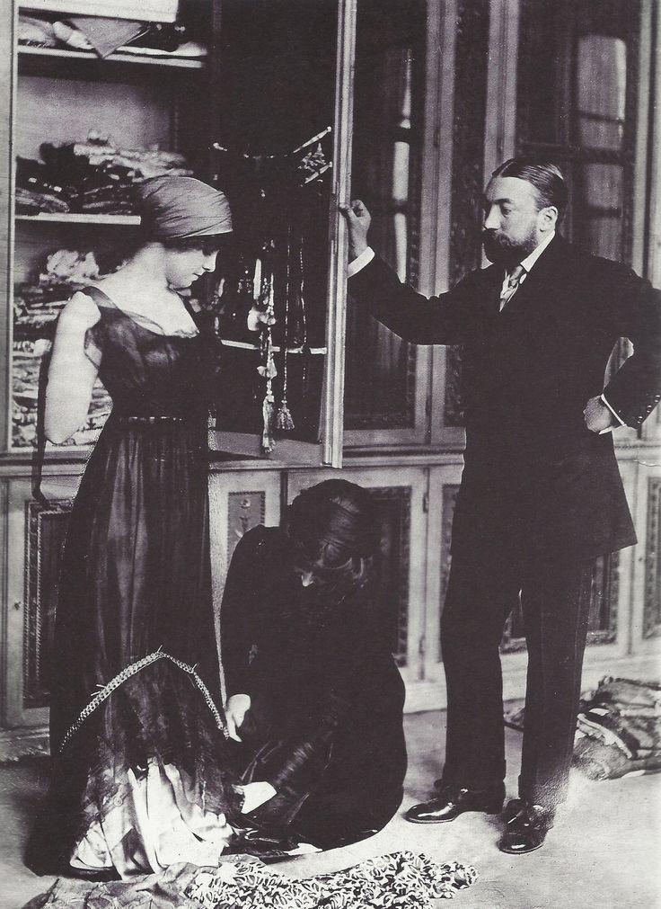 Dans la  boutique salon, de Paul Poiret, 1910
