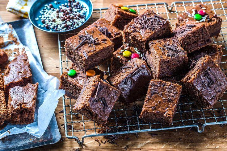 Her har du oppskriften på en enkel og rask sjokoladekake i langpanne. Med vaniljesaus i røren, blir sjokoladekaken skikkelig saftig, søt og god.