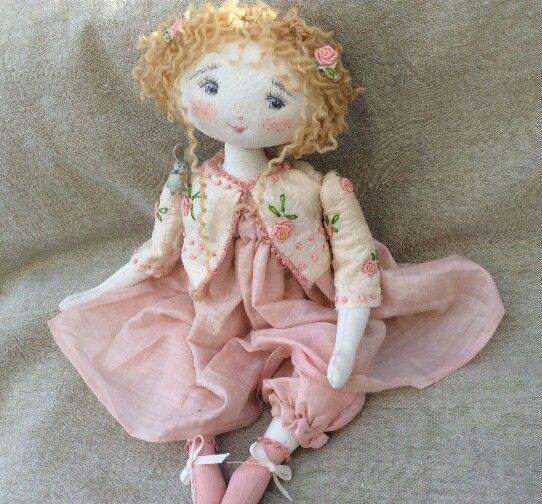 * Rose dans son petit boléro matelassè et parsemé de fleurs brodées ..