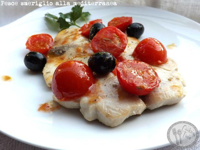 Pesce smeriglio alla mediterranea con olive e pomodorini