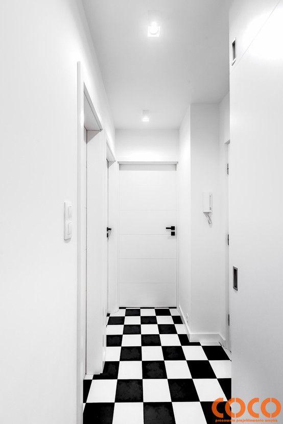 Retro Warszawa : Modernistyczny korytarz, przedpokój i schody od COCO Pracownia projektowania wnętrz