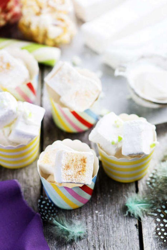 Hemgjorda marshmallows är ett roligt godis att bjuda på till påsk och fint att lägga i ditt påskägg. Det här är ett enkelt recept, men det är viktigt att man läser igenom hela receptet, tar fram all utrustning samt mäter upp alla ingredienser innan man börjar. Då kan man arbeta snabbt och smidigt för ett lyckat resultat. För fler recept på påskgodis kollar du här!