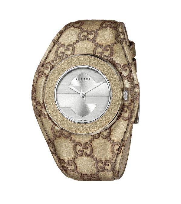 """Esta nova linha, desenhada pela Diretora Criativa Frida Giannini, ostenta um bracelete largo e proporciona um novo estilo contemporâneo à popular gama de relógios U-Play lançada em 2010.    O modelo de cor champanhe exibe o icónico motivo Guccissima em tons de dourado e castanho. O bracelete em pele tem gravado o motivo GG e dispõe de um aro em pele champanhe a combinar. O mostrador, prateado e escovado, ostenta o """"G"""" entrelaçado com efeito de sombra..."""