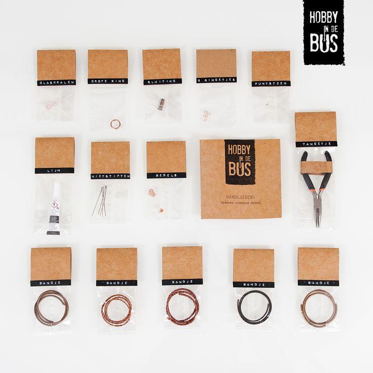 Hobby in de Bus | DIY-pakket lederen armband Maak je eigen lederen armband met Hobby in de Bus. Een stoer sieraad door jou zelf gemaakt. De handleiding helpt je stap voor stap de verschillende lederen bandjes, bedels, glaskralen, en ringen tot één mooie armband te maken.