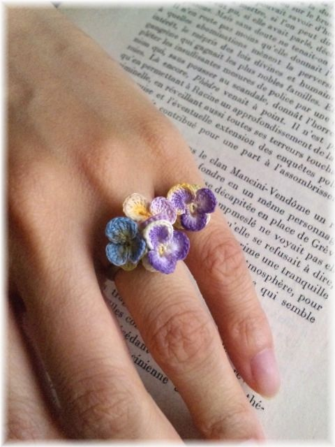 lots of examples of how to use tiny crochet flowers.