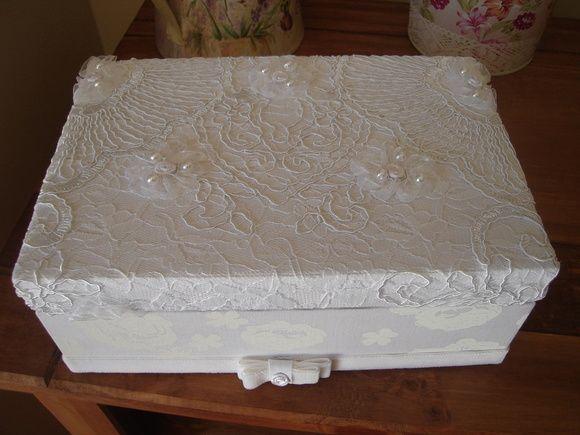Caixa de Mdf toda revestida com tecido e renda,apliques de perólas.Frete por conta do cliente. R$ 65,00