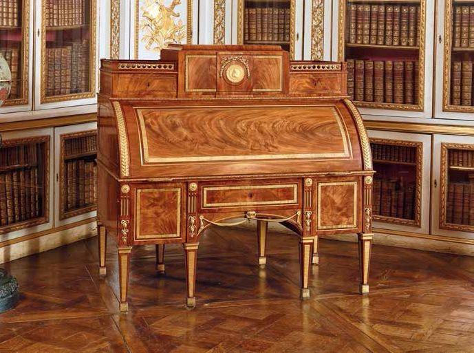 Secrétaire mécanique à cylindre, vers 1781. Du 28 octobre 2014 au 22 février 2015, le château de Versailles accueille l'exposition « 18e, aux sources du design, chefs-d'œuvre du mobilier 1650 à 1790 » dans les salles d'Afrique et de Crimée.