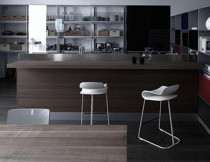 BCN, realizzato da Harry&Camila per Kristalia, è uno sgabello dalle linee morbide ed arrotondate. Ha una struttura in tondino d'acciaio verniciato ed un sedile in tinta realizzato in PBT.  Disponibile in tre dimensioni.