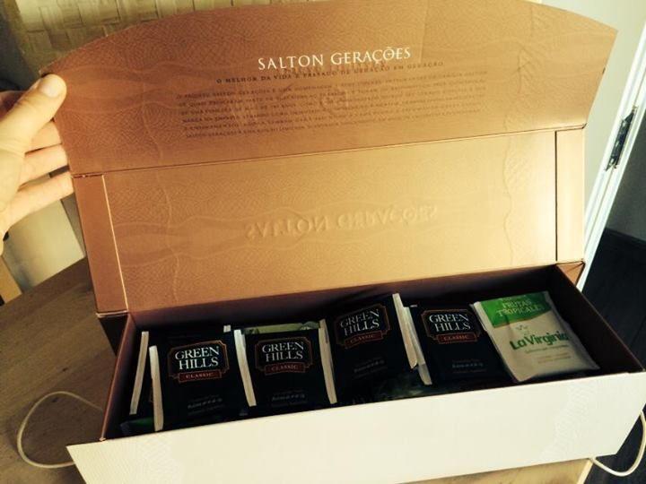 Caixa de um vinho Salton que virou porta-chás :)