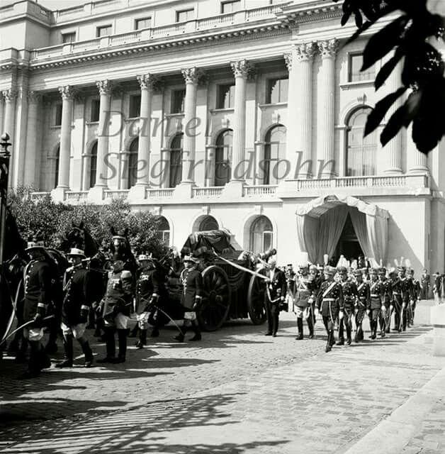 Sicriul Reginei Maria asezat pe un afet de tun.Palatul Regal,Bucuresti 24 iulie 1938