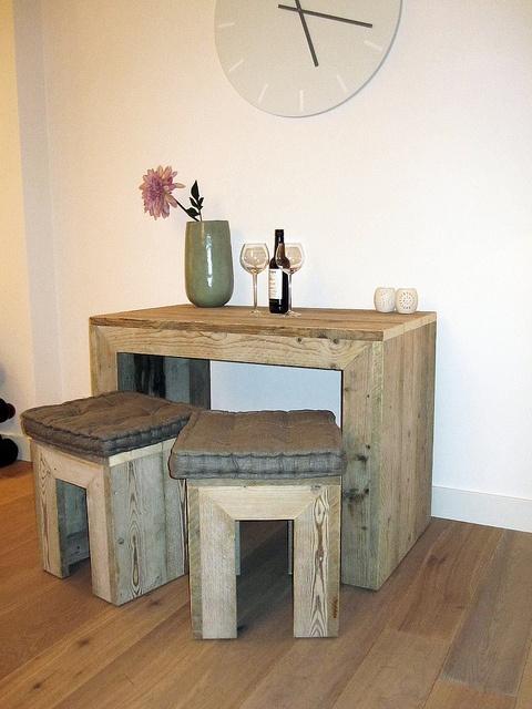 Sidetable van gebruikt steigerhout inclusief 2 krukken