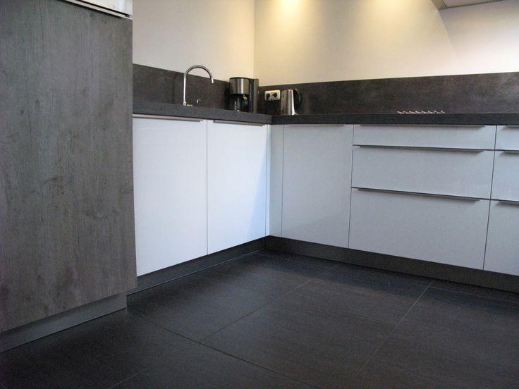 Keuken Met Betonlook Blad : keuken uitgevoerd in wit, gecombineerd met wild eiken-grijs met
