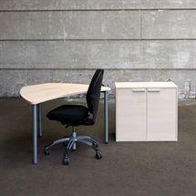 3R komplet iværksætter arbejdsplads i hvid eg.  Består af en nypolstret RH 100 kontorstol i sort stof. Lille kontorbord i hvid eg samt en reol i hvid eg med 2 låger.  Reol leveres usamlet.  Reol og bordplade er nyt, bordben og kontorstol er brugt.