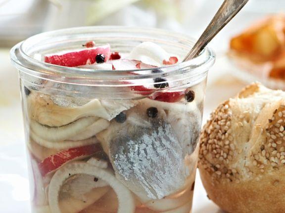 Marinierter Hering ist ein Rezept mit frischen Zutaten aus der Kategorie Kernobst. Probieren Sie dieses und weitere Rezepte von EAT SMARTER!