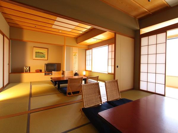 温泉をたっぷり楽しめるホテル紅やには、日本の温泉を満喫するのに相応しい和室をたくさん揃えています。畳の部屋が2部屋並ぶ、特別室です。