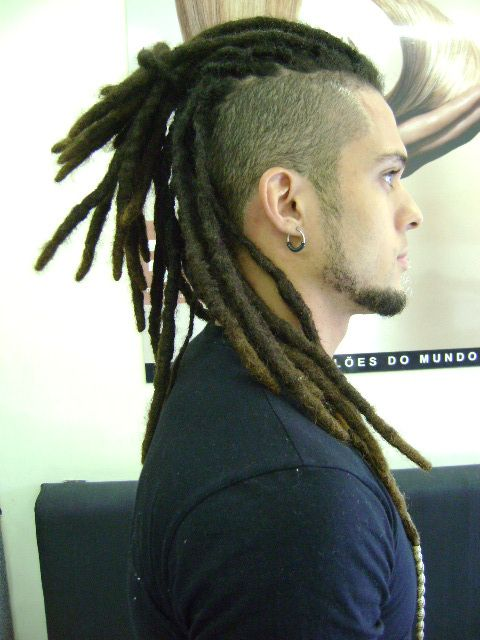 """Dread lock O Dreadlock é uma forma de se manter os cabelos que se tornou mundialmente famosa com o movimento rastafari, consiste em bolos cilíndricos de cabelo que aparentam """"cordas"""" pe…"""