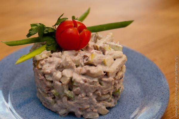 салат Загадка 4-5 крупных стеблей сельдерея 1 банку тунца кусочками в собственном соку 1-2 яблока (с кислыми яблоками салат получается вкуснее) пару-тройку горстей грецкого ореха майонез