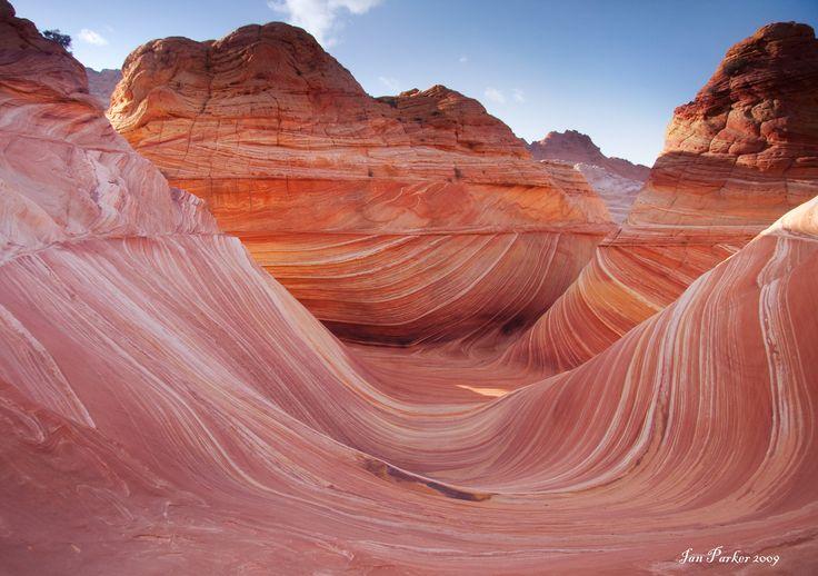 http://find-travel.jp/article/2876/2 13.ザ・ウェーブ(アメリカ) アメリカのバーミリオンクリフス国定公園にある砂岩の層。マーブル状になった層が波打っているように見えることから「ザ・ウェーブ」と呼んでいます。環境保護区のため完全予約制、しかも抽選でしか入場できません。狭き門を突破して、ぜひ、自然芸術作品を肌で感じたいですね。