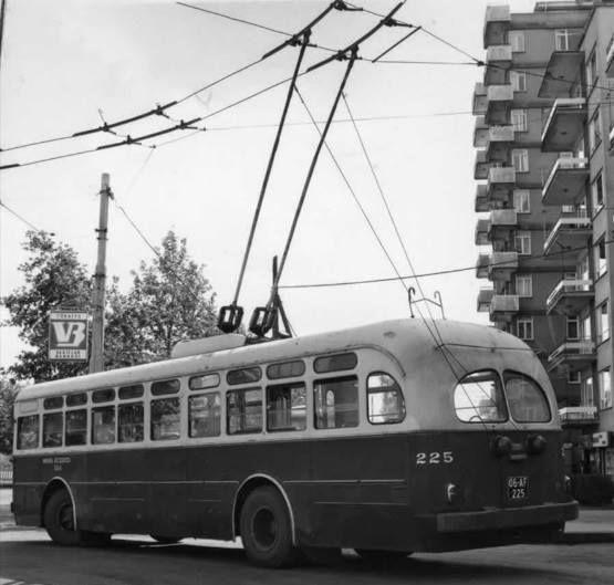 Bahçelievler son durakta 1947 Model Brill Marka troleybüs manevra yaparken.