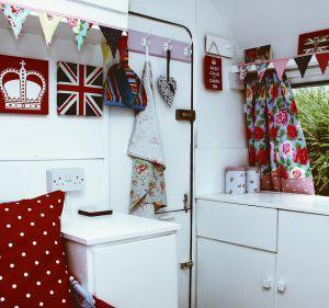 God save the Queen. Zo te zien, aan de deur-ingang, een  Engelse caravan, Maar wat een bron van inspiratie!
