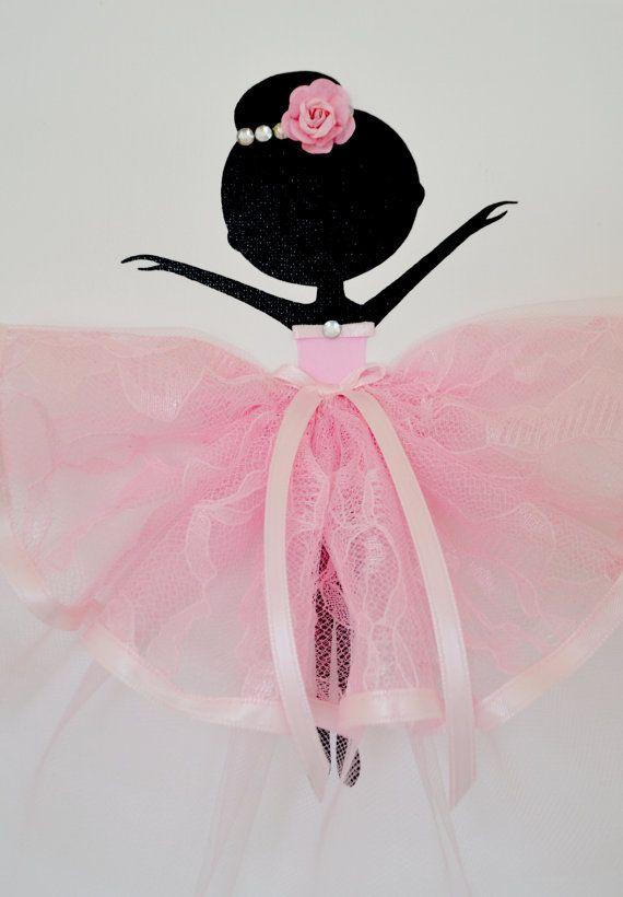 Roze en witte kinderkamer kunst aan de muur.  Set van drie handgemaakte doeken met dansende ballerinas in roze tutu. Elk doek is 8 X 10. De achtergrond en de ballerinas zijn geschilderd met acrylverf.  Dansers zijn versierd met Tule en lace jurken, zijden linten en strass.  Leuk cadeau idee voor babydouche of iedere liefhebber ballerina.  Aangepaste bestellingen zijn altijd welkom.