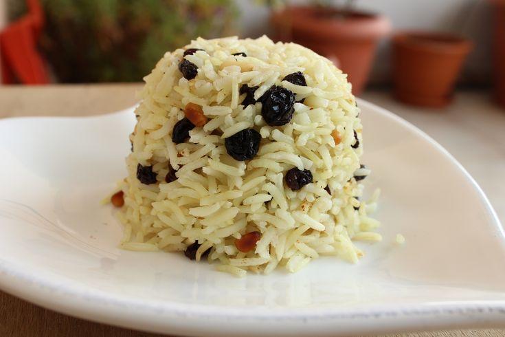 Ρύζι με κουκουνάρι και σταφίδες