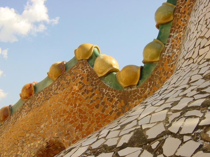 Le toit de la casa Batlló (Gaudí, 1906) à Barcelone, rappelant le dos arqué du dragon de St George — août 2004