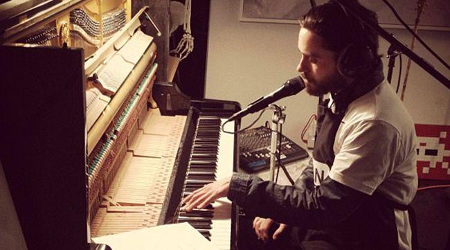 Первым музыкальным инструментом Джареда Лето стало сломанное пианино. Он рос, слушая классический рок - от Pink Floyd до Led Zeppelin.